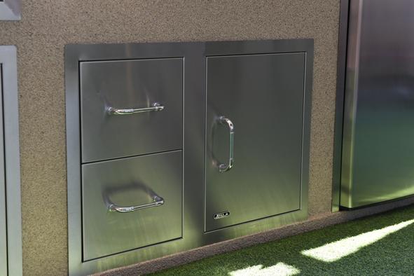 """אביזר למטבח גינה: קומבינציית דלת ו-2 מגירות ברוחב כ-76.2 ס""""מ ''30 Door/Drawer Combo, חברת BullBBQ"""