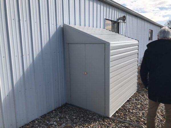 מחסן גינה צר, ממתכת לבנה, דגם: YS47-A מידה 2.03X 1.24 מטר